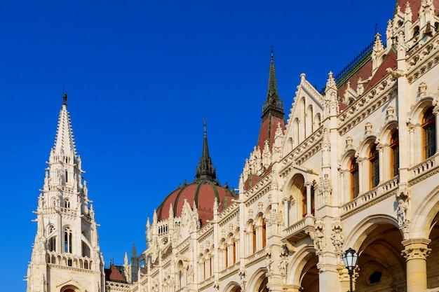 Ungarn, budapest. schöne aussicht auf das stadtparlament. die architektur.