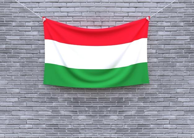 Ungarn-flagge, die an der backsteinmauer hängt