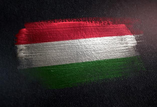 Ungarn-flagge gemacht von der metallischen bürsten-farbe auf dunkler wand des schmutzes