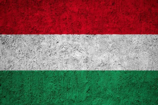 Ungarn-flagge gemalt auf schmutzwand