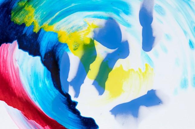 Ungefähr gemalter acrylregenbogen auf einem weißen hintergrund