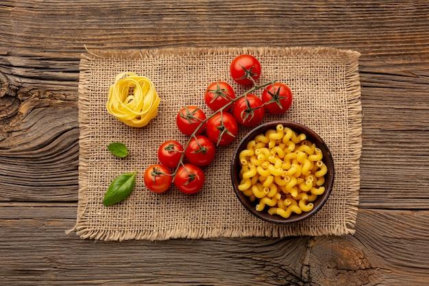 Ungekochte bandnudeln und cellentani mit tomaten