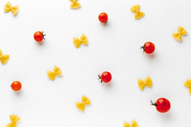 Ungekochte farfalle-anordnung mit tomaten
