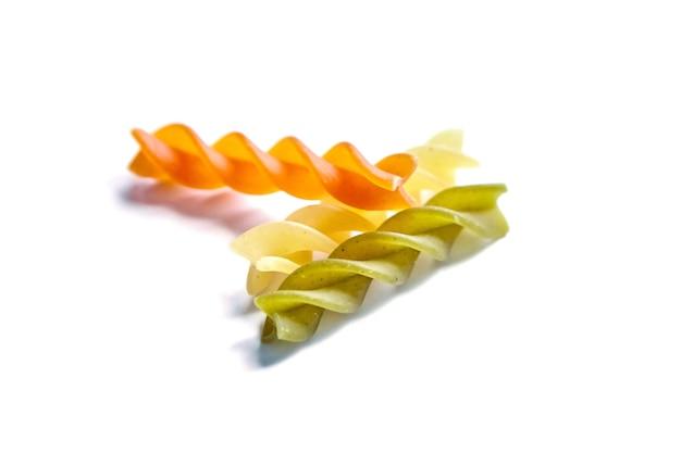 Ungekochte fusilli tricolore nudeln isoliert auf einem weißen