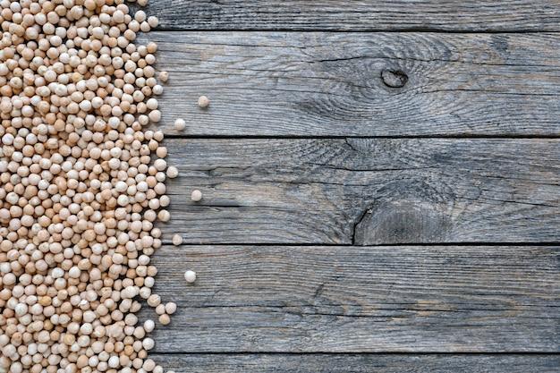 Ungekochte getrocknete hülsenfrüchte kichererbsen oder kichererbsen auf holzuntergrund vegetarisches superfood gesund ...