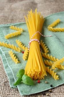 Ungekochte glutenfreie nudeln aus einer mischung von mais und reismehl