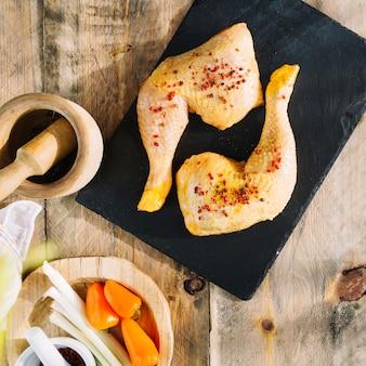 Ungekochte hühnerbeine mit gewürzen