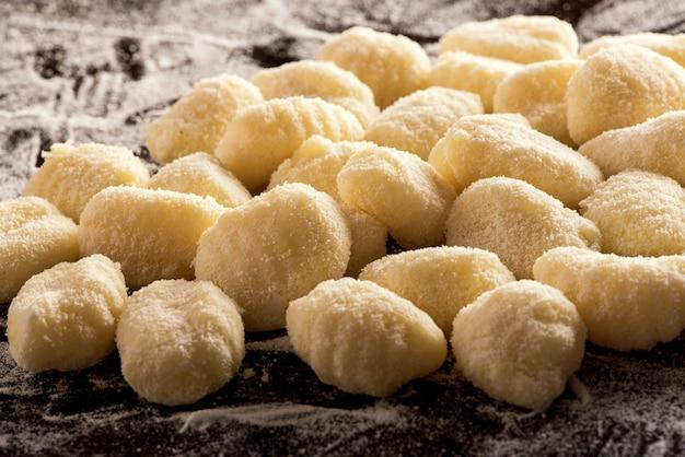 Ungekochte italienische grießknödel