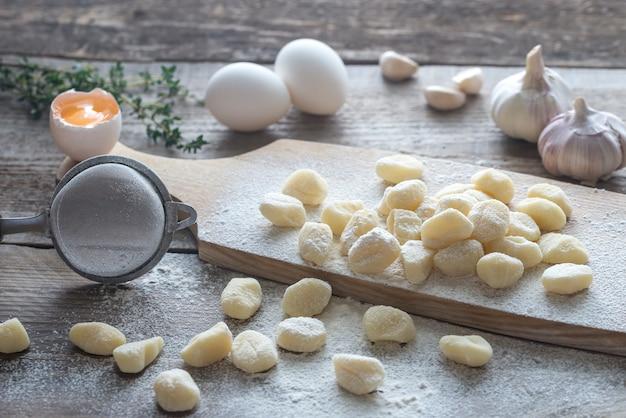 Ungekochte kartoffelgnocchi mit zutaten