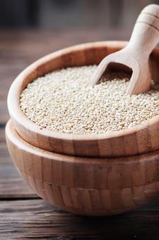 Ungekochte quinoa auf dem holztisch