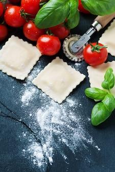 Ungekochte ravioli mit tomaten und basilikum