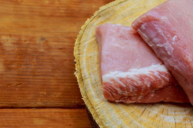 Ungekochte schweinekoteletts auf