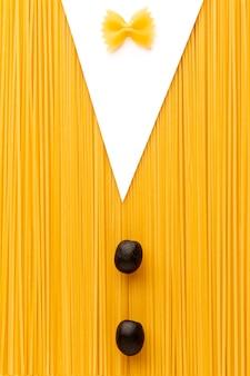 Ungekochte spaghetti-farfalle-oliven in anzugform