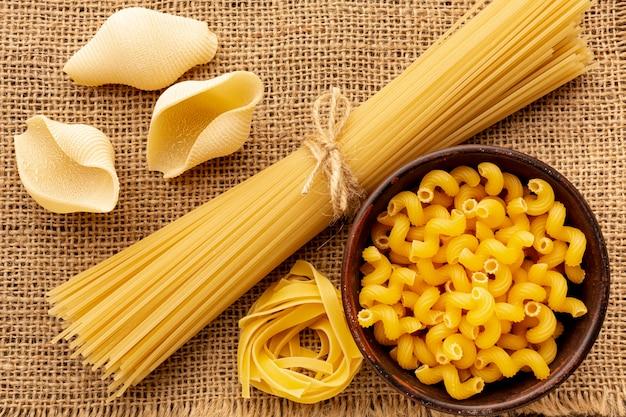 Ungekochte spaghetti-tagliatelle-muscheln und cellentani