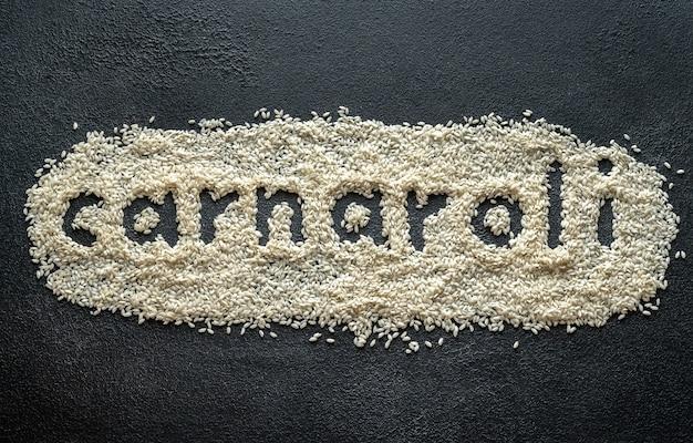 Ungekochter carnaroli-reis auf dem holztisch