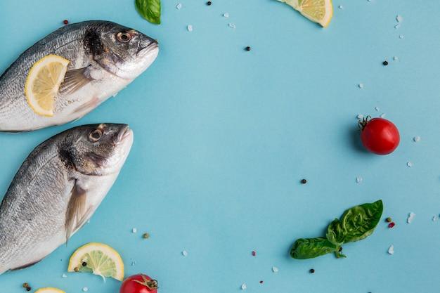 Ungekochter fisch und gemüse mit meeresfrüchten