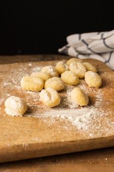 Ungekochter kartoffelgnocchi auf schneidebrett