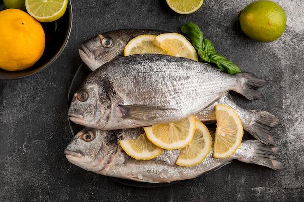 Ungekochter meeresfrüchtefisch mit zitronenscheiben
