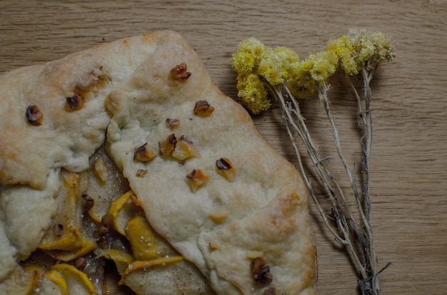 Ungekochter selbst gemachter rustikaler apfelkuchen