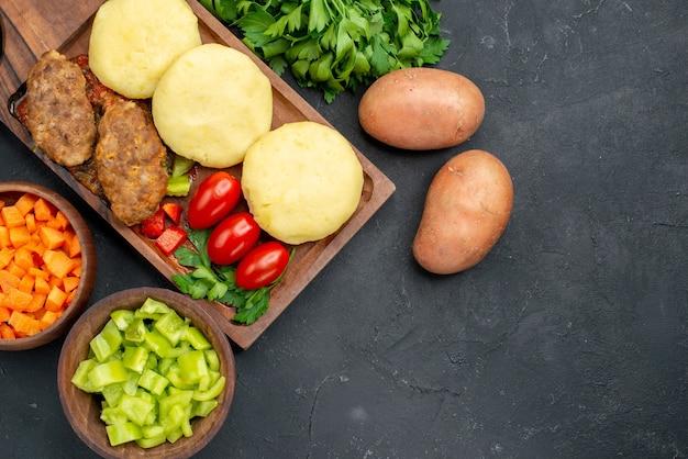 Ungekochtes gemüse auf einem braunen schneidebrett