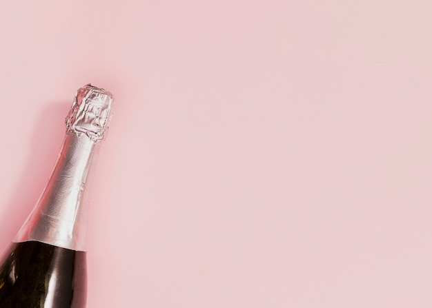 Ungeöffnete flasche champagner am neuen jahr