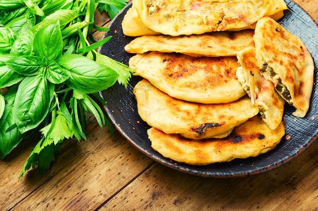 Ungesäuerter teigkuchen gefüllt mit frischen kräutern. qutabs oder kutab. azeyrbajanisches essen