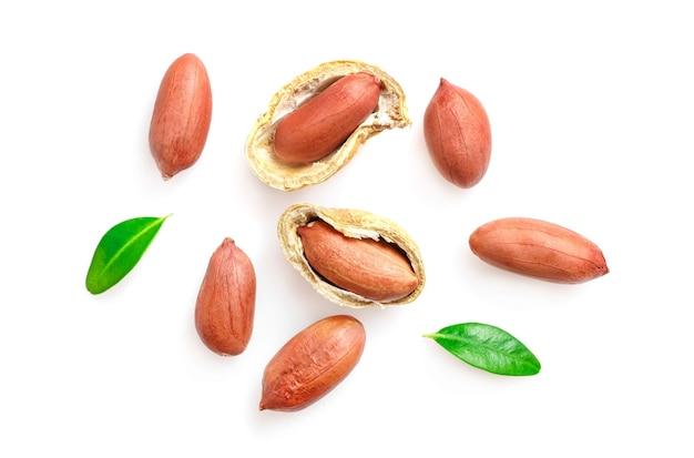 Ungeschälte erdnüsse isoliert auf weiß