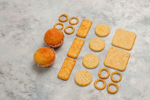 Ungesunde snacks auf grauem beton