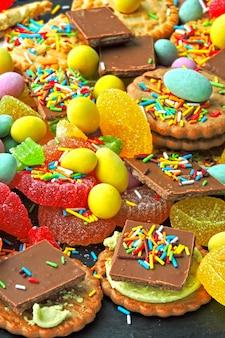 Ungesunde süßigkeiten. eine reihe von süßigkeiten, die die haut, die körperform und das wohlbefinden stark beeinträchtigen.