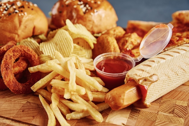 Ungesundes und junk food. verschiedene arten von fast food auf dem tisch