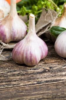 Ungewaschenes schmutziges gemüse in der küche, aus dem speisen und geschirr zubereitet werden, rohes frisches gemüse auf dem küchenschneidebrett auf dem tisch während des kochens, natürliches gemüse