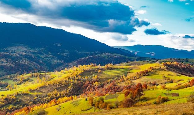 Ungewöhnlich schöne natur der karpaten in wunderschönen hügeln
