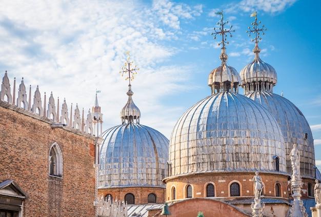 Ungewöhnliche aussicht auf das dach der kirche san marco vom balkon des palazzo ducale.
