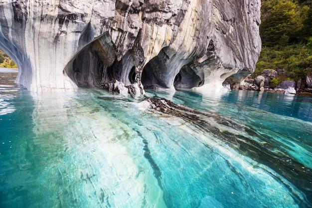 Ungewöhnliche marmorhöhlen auf dem see von general carrera, patagonien, chile. carretera austral reise.