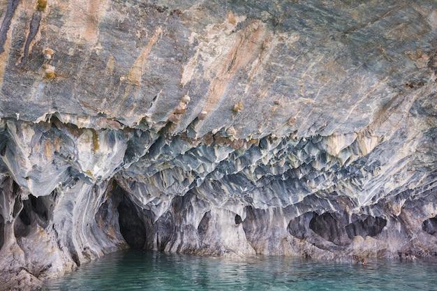 Ungewöhnliche marmorhöhlen auf dem see von general carrera, patagonien, chile.