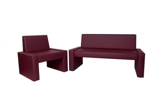 Ungewöhnliche moderne rote lederbank und stuhl lokalisiert auf weiß. kreativer ansatz zur herstellung von möbeln