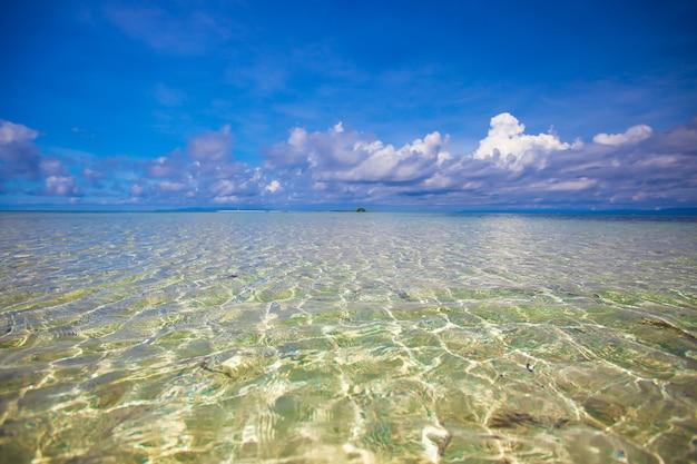 Unglaublich sauberes türkisfarbenes wasser im meer nahe tropischer insel