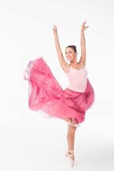 Unglaublich schöne ballerina, die gegen weißen hintergrund tanzt