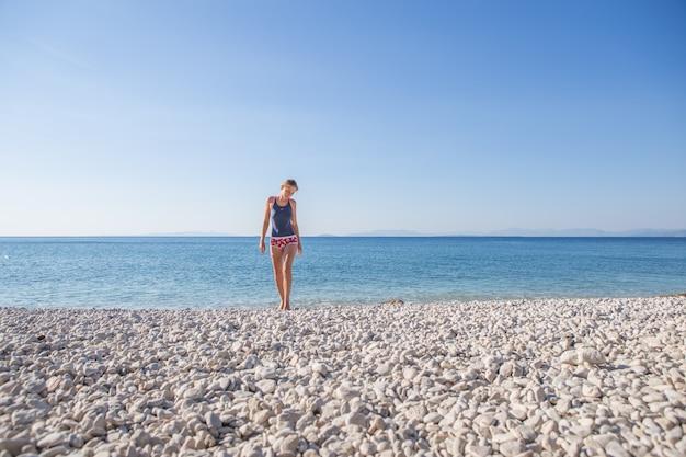 Unglaublich schöne mädchenmodelle in einem bikini auf dem seeufer von griechenland