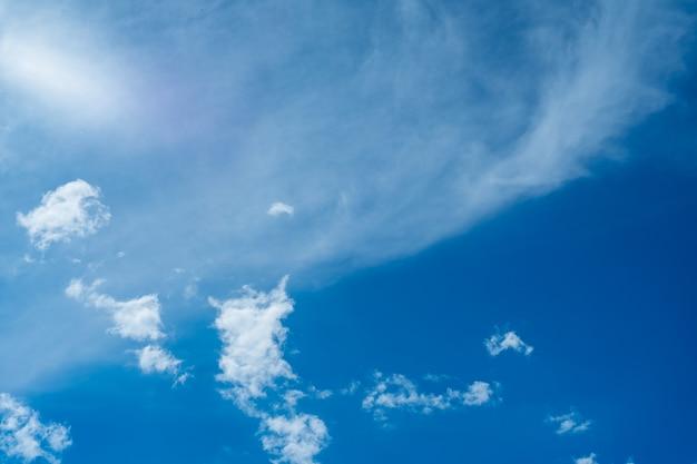 Unglaublich schöne wolken vor einem sonnigen blauen himmel