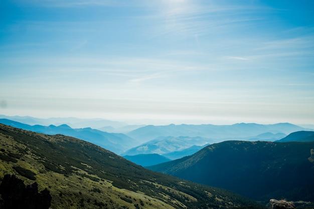 Unglaublich schöner panoramablick auf die karpatengipfel in den karpaten