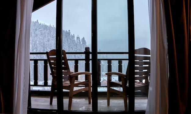 Unglaubliche landschaft mit blick auf die berge vom hotelbalkon