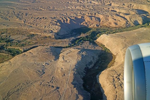 Unglaubliche luftaufnahme des hochlandes von nordchile vom flugzeugfenster, chile