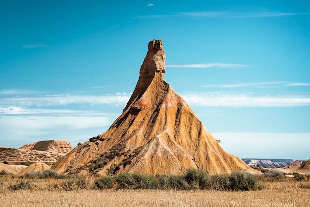 Unglaublicher berg in der wüstenlandschaft von bardenas reales navarra an einem sonnigen sommertag