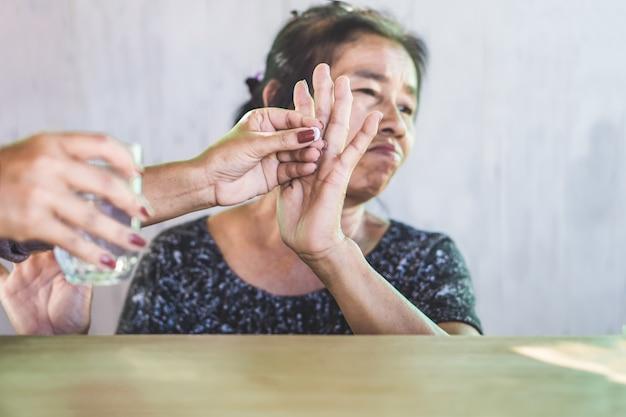 Unglückliche asiatische mutter weigert sich, medikamente einzunehmen