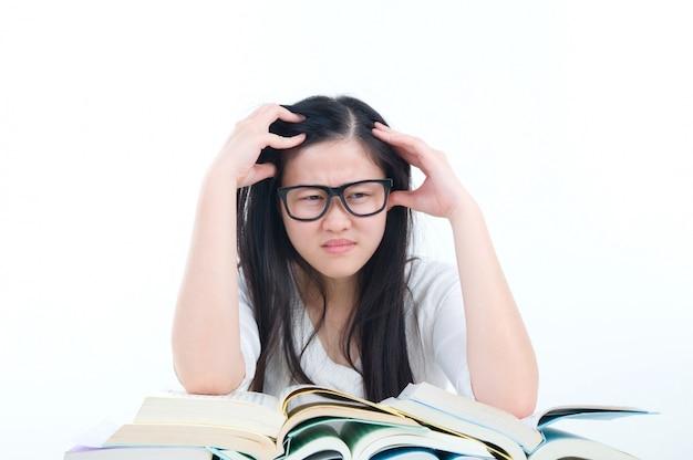 Unglückliche asiatische studentenmädchengefühlkopfschmerzen