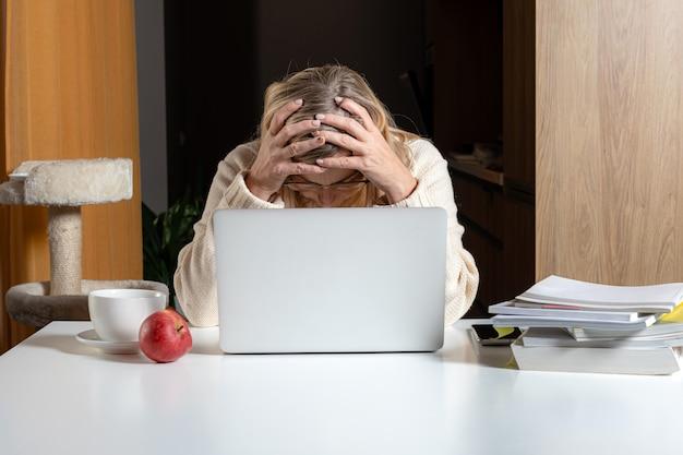 Unglückliche verärgerte frau mittleren alters, verwirrt mit finanziellen problemen oder online-schulden
