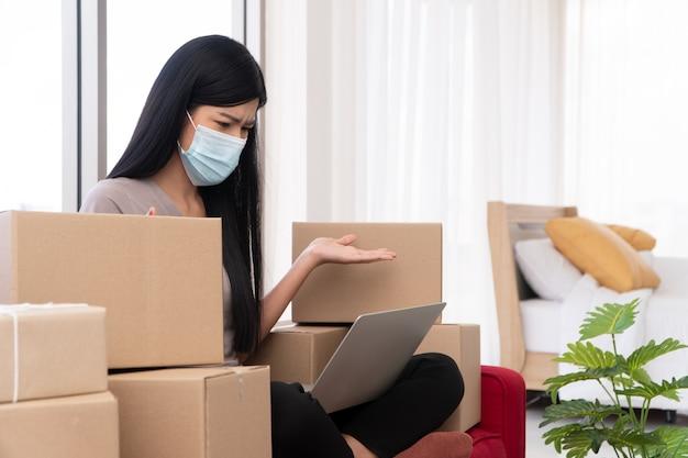 Unglücklicher asiatischer junger unternehmer auf einer maske