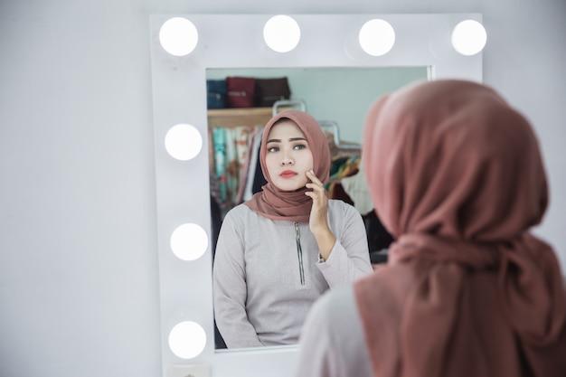 Unglückliches gefühl beim blick ins gesicht in den spiegel