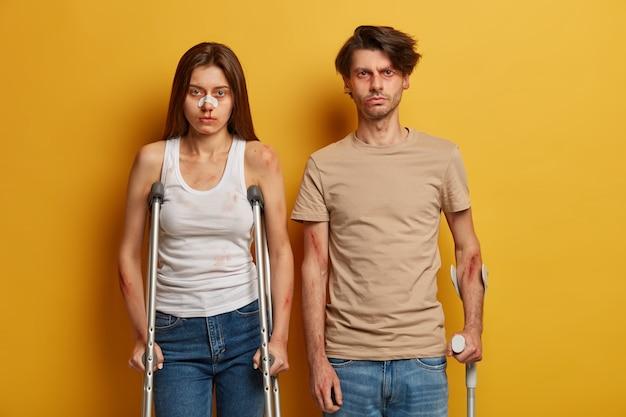 Unglückliches verzweifeltes paar hat nach gefährlicher fahrt probleme mit der gesundheit